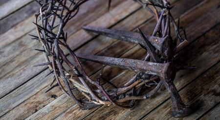 La corona di spine e le unghie su fondo in legno Concetto di Pasqua Archivio Fotografico - 70201606