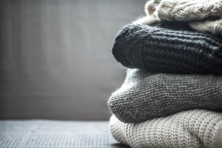 Sterta trykotowi swetry pojęcie ciepło i wygoda, hobby, tło, zbliżenie