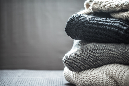 Une pile de chandails en tricot, le concept de chaleur et de confort, passe-temps, arrière-plan, gros plan