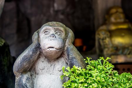 3 猿のクローズ アップ手小さい彫像を参照の概念にない悪、聞かざる、。