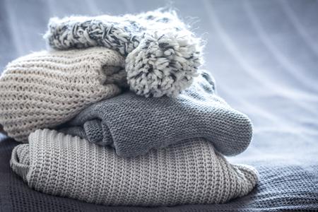 bei vestiti lavorati a maglia, maglioni ordinatamente piegati, close-up, fatti a mano