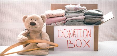 Box mit Kleidung für wohltätige Zwecke, Konzept von sozialen Projekten
