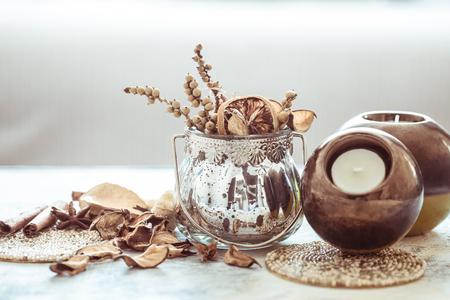 Détails de nature morte à l'intérieur, chandeliers ronds avec un vase décoratif sur une table en bois clair dans le salon