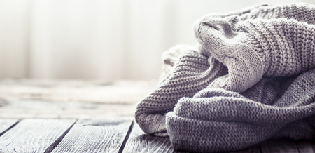 Knitted sweater on a wooden background, space for text Banque d'images