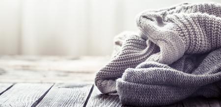 Sweter z dzianiny na tle drewnianych, miejsce na tekst Zdjęcie Seryjne