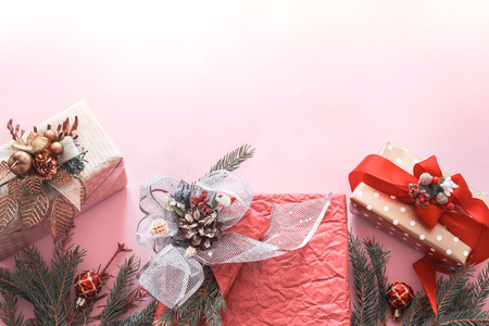 Beautiful gift festive box on pink background, holidays concept Banque d'images
