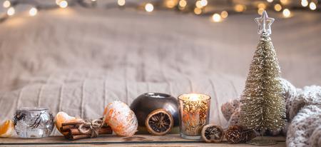 Ambiente acogedor navideño festivo con decoración del hogar y mandarinas sobre un fondo de madera, concepto de confort en el hogar
