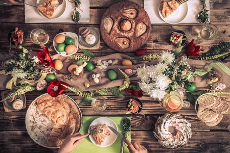 Inicio Celebración de amigos o familiares en la mesa festiva con pastel de pera, vista superior, concepto de celebración
