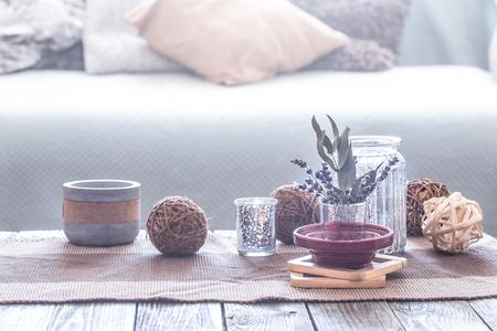 naturaleza muerta con varios detalles de un acogedor interior de la casa, en el contexto de un sofá con almohadas, el concepto de comodidad en el hogar