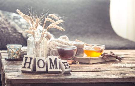 Stilllebendetails der Inneneinrichtung auf einem Holztisch mit Buchstaben nach Hause, das Konzept von Gemütlichkeit und Wohnatmosphäre. Wohnzimmer atmosphere