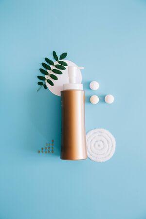 Mockup Spa-Flaschen auf blauem Hintergrund. Konzept Naturkosmetik, homöopathische Kosmetik. Platz kopieren