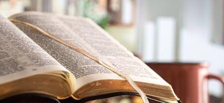 Buchen Sie Bibelnahaufnahme, auf einem schönen Terrassenhintergrund. Morgens. Platz für Text.