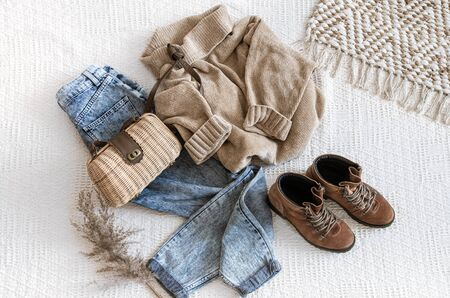 Ensemble avec des jeans et des pulls à la mode pour femmes, des chaussures et des accessoires. Vue de dessus, mise à plat. Banque d'images