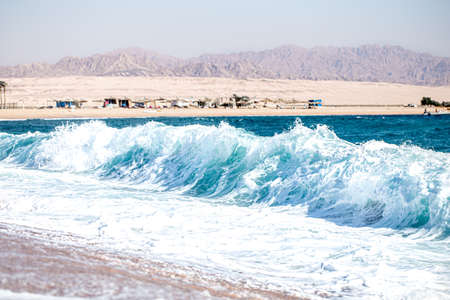 Beautiful sea background with turquoise waves. The concept of tourism. Banque d'images
