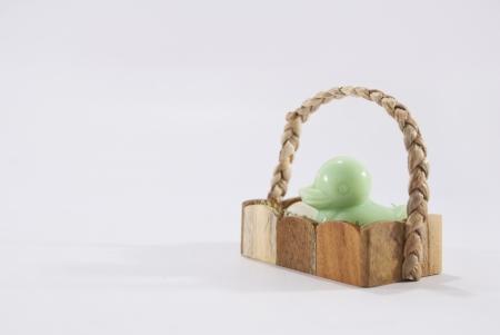 agachado: Pato de jabón en la cesta Foto de archivo
