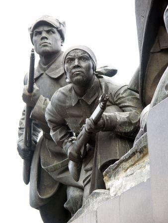 소총과 여자와 남자의 동상