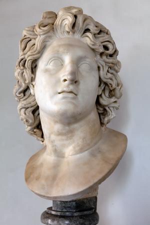 태양신 헬리오스로 알렉산더 대왕의 초상화의 로마 대리석 사본