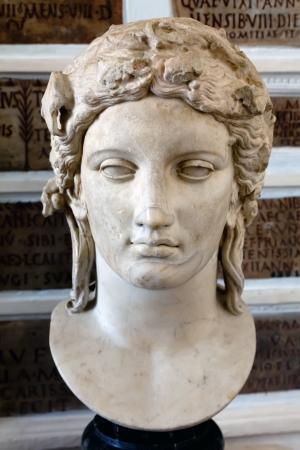 Cabeza de Apolo del M�rmol tipo Anzio, copia romana de un original griego del siglo cuarto Foto de archivo - 15132897