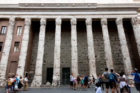 hadrian: Templo de Adriano es un templo al deificado Adriano en el Campo de Marte en Roma, Italia, construido por Antonino P�o en el 145