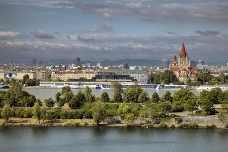 wiedeń: Donauinsel Danube Island jest d?uga, w?ska wyspa, w centrum Wiednia, w Austrii, mi?dzy Dunajem a r