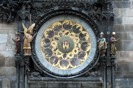 cronologia: La parte civil del Reloj Astronómico de Praga o Praga Orloj El reloj fue instalado por primera vez en 1410, convirtiéndose en el tercero más antiguo reloj astronómico, en el mundo y el único que sigue trabajando Foto de archivo