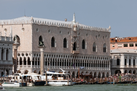 doges: Crowds of tourists in front of the Doge's Palace in Venice, Italy
