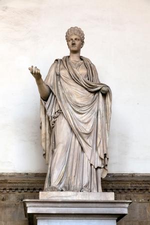escultura romana: Escultura romana antigua de una Virgen Vestal en la Loggia dei Lanzi, Florencia, Italia Foto de archivo