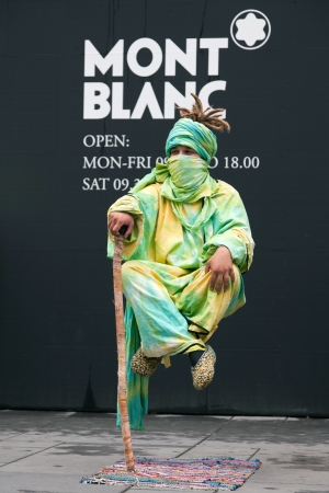 levitacion: Street mago realizar el truco de levitaci�n ca�a en Viena, Austria Editorial