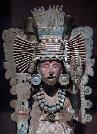 head-dress: Żółw prekolumbijskich statua przedstawiająca wojownika z rozbudowana nakrycia głowy z piór