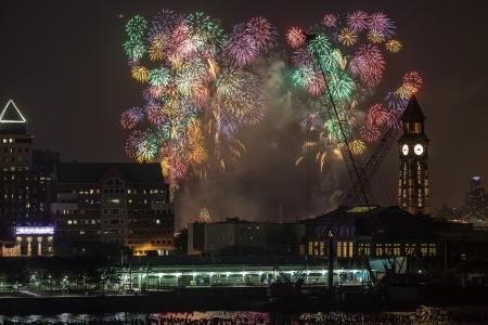 macys: New York City Macys 4 luglio fuochi d'artificio nel cielo sopra il fiume Hudson visto il 4 luglio 2013 dalla Citt� di Jersey, New Jersey. Editoriali