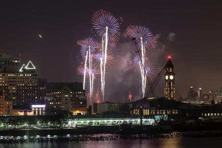 macys: New York City Macys 4 luglio fuochi d'artificio nel cielo sopra il fiume Hudson visto il 4 luglio 2013 dalla Citt� Jersey, New Jersey.