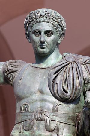edicto: Estatua de bronce del emperador romano Constantino quien promulgó el Edicto de Milán en el año 313