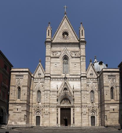 anjou: La catedral de N�poles es la iglesia principal de N�poles, sur de Italia, encargado por el rey Carlos I de Anjou, completada en el siglo 14 bajo Roberto de Anjou. Foto de archivo