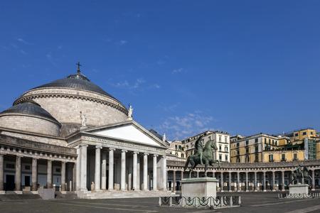 iglesia: Iglesia de San Francesco di Paola en N�poles, Italia, construido en 1816. Se est� dedicada a San Francisco de Paula. El dise�o de la iglesia es una reminiscencia del Pante�n de Roma.