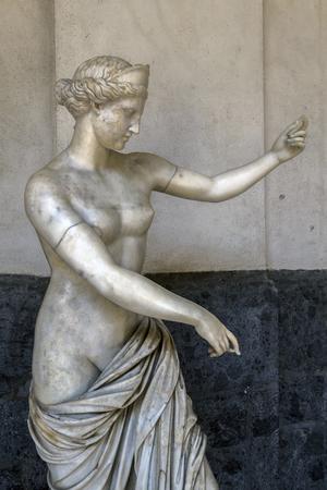 arte greca: NAPOLI, ITALIA - 22 LUGLIO 2015: Statua romana antica di Afrodite dall'Anfiteatro Campania, realizzato in marmo bianco a grana fine, in mostra al Museo Archeologico Nazionale di Napoli.
