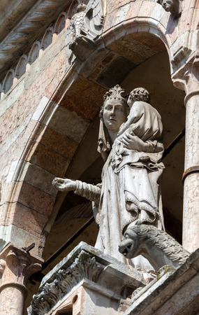 14th century: 14th century statue portraying the Madonna with Child on the upper loggia of the Cremona Cathedral Stock Photo
