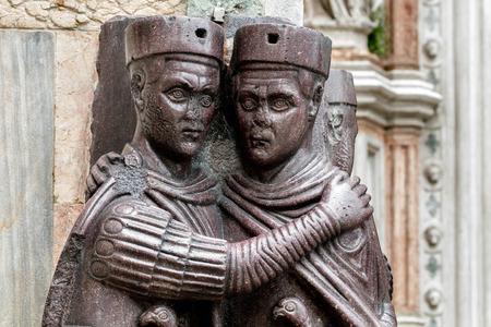 escultura romana: Los Tetrarcas es el 4 de escultura de pórfido siglo que representa Diocleciano, Maximiano, valeriana y Constance. Colectivamente eran los tetrarcas, designados por Diocleciano para ayudar a gobernar el Imperio Romano.