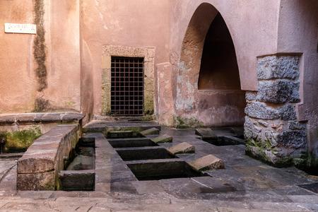 edad media: Lavatoio Medievale (lavandería medieval) en Cefalu, Sicilia, Italia. Esta es el área donde las mujeres venían a lavar y enjuagar la ropa familys en la Edad Media.