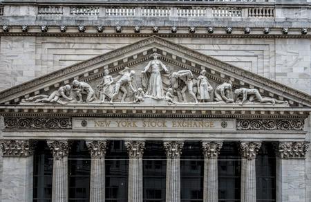 Primer plano del frontón de piedra caliza en la fachada del famoso edificio de la Bolsa de Nueva York en Wall Street, esculpido por John Quincy Adams Ward en 1904