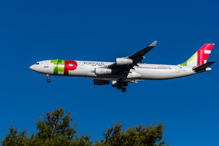Tap Air Portugal plane in the air over Lisbon. 新聞圖片