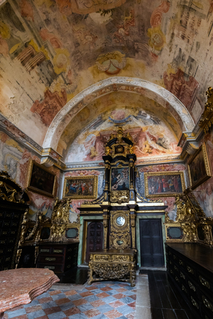 Richly decorated  Baroque interior rooms of the Porto's Cathedral. 版權商用圖片 - 92854803
