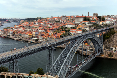 The Dom Luis I Bridge, a double-deck metal arch bridge, constructed in 1886, spans the River Douro between the cities of Porto and Vila Nova de Gaia in Portugal. 新聞圖片