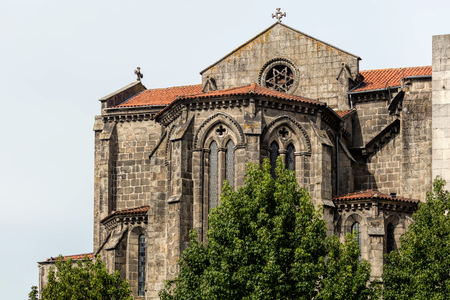성 프란체스코 교회는 포르투갈 포르투에서 가장 유명한 고딕 양식의 기념물이며, 바로크 양식의 내부 장식으로 유명합니다.