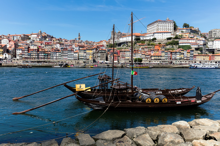 Rabelo boats, one of the most popular symbols of Porto, used to carry barrels of Porto wine from the Douro valley vineyards to the Port Wine cellars. 版權商用圖片 - 92807491