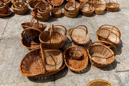Straw baskets on sale in Porto, Portugal 版權商用圖片 - 92843280