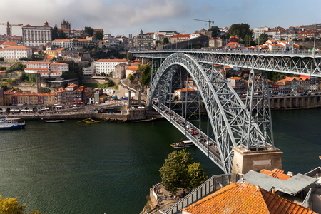 The Dom Luis I Bridge, a double-deck metal arch bridge, constructed in 1886, spans the River Douro between the cities of Porto and Vila Nova de Gaia in Portugal. 版權商用圖片