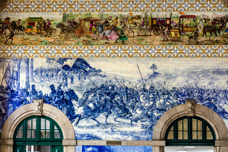 Sao Bento railway station's azulejo panel by Jorge Colaco circa 1916, depicting the 1140 Battle of Valdevez between the Kingdom of Leon and the Kingdom of Portugal 版權商用圖片 - 92854812