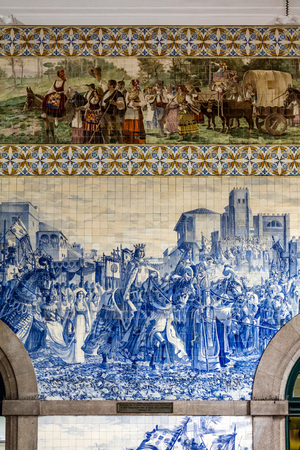 Sao Bento railway stations azulejo panel by Jorge Colaco circa 1916, depicting 1387 entrance to Porto of King John I and Philippa of Lancaster, on their wedding 新聞圖片