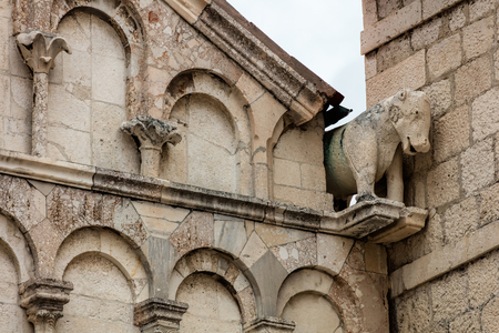 Gargoyle on the facade of the Zadar Cathedral of St. Anastasia in Zadar, Croatia, constructed in the Romanesque style during the 12th and 13th centuries. Stok Fotoğraf