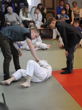 arbitros: Kovrov, Rusia - 24 de enero de 2015: las competiciones de Judo. Los árbitros son cheque competidor para posibles lesiones